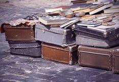 Η εκλεκτής ποιότητας βαλίτσα, τα βιβλία και τα περιοδικά παζαριών, ταξιδιώτης αποσκευών, τόνισαν την εικόνα Στοκ φωτογραφία με δικαίωμα ελεύθερης χρήσης