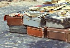 Η εκλεκτής ποιότητας βαλίτσα, τα βιβλία και τα περιοδικά παζαριών, ταξιδιώτης αποσκευών, τόνισαν την εικόνα Στοκ Φωτογραφίες