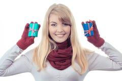 Η εκλεκτής ποιότητας φωτογραφία, ευτυχής εκμετάλλευση γυναικών τύλιξε τα δώρα για τα Χριστούγεννα ή άλλο εορτασμό Στοκ Φωτογραφία