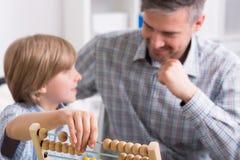 Η εκμάθηση με τον πατέρα είναι διασκέδαση Στοκ εικόνες με δικαίωμα ελεύθερης χρήσης