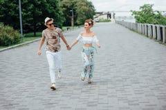 Η εκμετάλλευση ζεύγους δίνει υπαίθριο τρέχοντας νεολαίες ζευ στοκ εικόνα με δικαίωμα ελεύθερης χρήσης