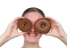 Η εκμετάλλευση νέων κοριτσιών donuts ως γυαλιά κλείνει επάνω απομονωμένος στοκ εικόνα με δικαίωμα ελεύθερης χρήσης