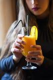 Η εκμετάλλευση γυναικών συμπίεσε πρόσφατα το χυμό από πορτοκάλι στον καφέ εσωτερικός Στοκ φωτογραφίες με δικαίωμα ελεύθερης χρήσης