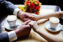 Η εκμετάλλευση ζεύγους παραδίδει το εστιατόριο Στοκ Εικόνες