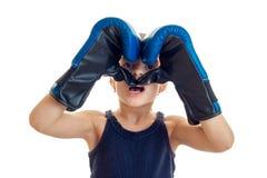 Η εκμετάλλευση μικρών κοριτσιών παραδίδει τα εγκιβωτίζοντας γάντια γύρω από τα μάτια είναι Στοκ Φωτογραφία