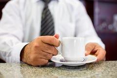 Η εκμετάλλευση Barista παίρνει ένα φλυτζάνι καφέ Στοκ φωτογραφία με δικαίωμα ελεύθερης χρήσης