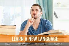 Η εκπαίδευση και μαθαίνει ένα νέα γλωσσικά κείμενο και ένα άτομο που σκέφτονται σε μια βιβλιοθήκη Στοκ φωτογραφία με δικαίωμα ελεύθερης χρήσης