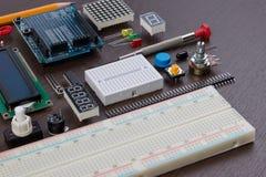 Η εκπαίδευση ΜΙΣΧΩΝ ή η ηλεκτρονική εξάρτηση DIY, ρομπότ έκανε στη βάση του ελεγκτή μικροϋπολογιστών με την ποικιλία του αισθητήρ στοκ εικόνες