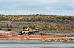 Η εκσυγχρονισμένη κύρια τ-ΔΕΚΑΕΤΙΑ ΤΟΥ '90 δεξαμενών μάχης στην αφετηρία εμποδίων Στοκ Φωτογραφία