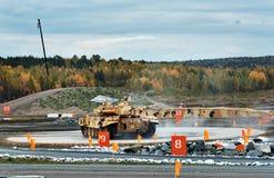 Η εκσυγχρονισμένη κύρια τ-ΔΕΚΑΕΤΙΑ ΤΟΥ '90 δεξαμενών μάχης στη στροφή της περιοχής Στοκ Εικόνες