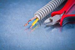 Ηλεκτρικά ζαρωμένα χάλκινα καλώδια προστασίας καλωδίων και αιχμηρό nipp Στοκ Φωτογραφίες
