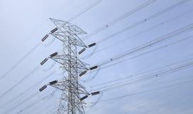 Ηλεκτρικά καλώδια και πύργος Στοκ Εικόνες