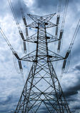 Ηλεκτρικά καλώδια μετάδοσης ενάντια στο νεφελώδη ουρανό στοκ φωτογραφίες