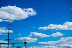 Ηλεκτρικά καλώδια στο μπλε ουρανό Στοκ Φωτογραφία