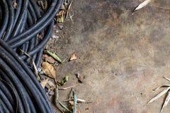 Ηλεκτρικά καλώδιο και φύλλο στο τσιμεντένιο πάτωμα Στοκ φωτογραφίες με δικαίωμα ελεύθερης χρήσης
