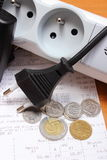 Ηλεκτρικά σκοινιά που αποσυνδέονται από τη λουρίδα δύναμης και το λογαριασμό ηλεκτρικής ενέργειας με τα νομίσματα Στοκ φωτογραφία με δικαίωμα ελεύθερης χρήσης