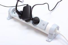 Ηλεκτρικά σκοινιά που συνδέονται με τη λουρίδα δύναμης, έννοια της ενέργειας - αποταμίευση στοκ φωτογραφία