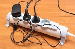 Ηλεκτρικά σκοινιά που συνδέονται με τη λουρίδα δύναμης, έννοια της ενέργειας - αποταμίευση στοκ φωτογραφία με δικαίωμα ελεύθερης χρήσης