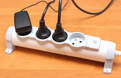 Ηλεκτρικά σκοινιά που συνδέονται με τη λουρίδα δύναμης, έννοια της ενέργειας - αποταμίευση στοκ φωτογραφίες