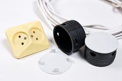 Ηλεκτρικά υποδοχές και καλώδιο τροφοδοσίας στην άσπρη επιφάνεια Στοκ εικόνες με δικαίωμα ελεύθερης χρήσης