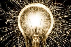 Ηλεκτρικά sparklers στην ιδέα βολβών Στοκ Εικόνα