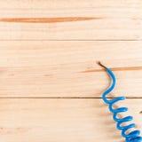 Ηλεκτρικές άκρες καλωδίων στον ξύλινο πίνακα Στοκ Φωτογραφίες