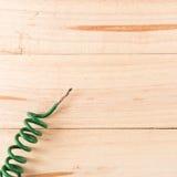 Ηλεκτρικές άκρες καλωδίων στον ξύλινο πίνακα Στοκ Εικόνα