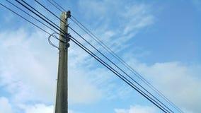 Ηλεκτρικές γραμμές υψηλής έντασης ενάντια στο μπλε ουρανό Στοκ Εικόνες