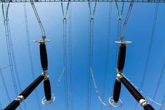 Ηλεκτρικές καλύπτρες κύματος στο σταθμό μετατροπέων Στοκ Φωτογραφίες