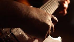 Ηλεκτρικές σκιές παιχνιδιού κιθάρων απόθεμα βίντεο