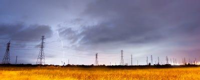 Ηλεκτρική αστραπή καταιγίδας θύελλας πέρα από το νότιο Τέξας ηλεκτροφόρων καλωδίων Στοκ Φωτογραφία