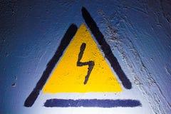 Ηλεκτρική αστραπή σημάτων κινδύνου στο μπλε μέταλλο Στοκ εικόνες με δικαίωμα ελεύθερης χρήσης