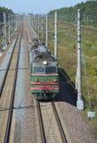 Ηλεκτρική ατμομηχανή vl-10 στο two-lane τμήμα του σιδηροδρόμου στοκ φωτογραφίες με δικαίωμα ελεύθερης χρήσης