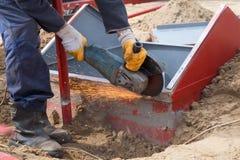 Ηλεκτρική λείανση ροδών στη δομή χάλυβα στο εργοστάσιο Στοκ εικόνες με δικαίωμα ελεύθερης χρήσης