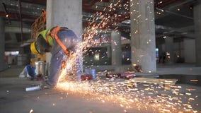 Ηλεκτρική λείανση ροδών στη δομή χάλυβα στο εργοτάξιο οικοδομής φιλμ μικρού μήκους