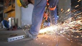 Ηλεκτρική λείανση ροδών στη δομή χάλυβα στο εργοτάξιο οικοδομής απόθεμα βίντεο