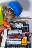 ηλεκτρική ενέργεια ηλεκτρολόγων που μετρά την εργασία Στοκ Φωτογραφίες