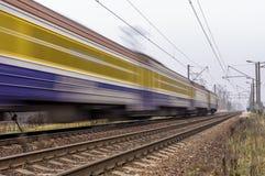 Ηλεκτρική επιβατική αμαξοστοιχία που ταξιδεύει στις διαδρομές σιδηροδρόμου Στοκ φωτογραφία με δικαίωμα ελεύθερης χρήσης
