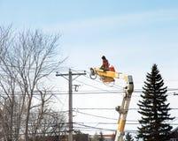 Ηλεκτρική επισκευή κατά τη διάρκεια του χειμώνα Στοκ Φωτογραφίες