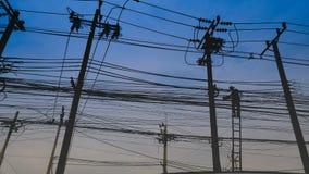 Ηλεκτρική θέση με το χαοτικούς ηλεκτροφόρο καλώδιο και τον επισκευαστή Στοκ φωτογραφία με δικαίωμα ελεύθερης χρήσης