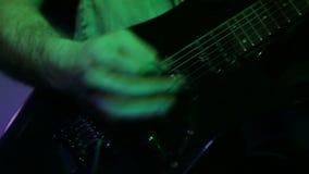 Ηλεκτρική κιθάρα παιχνιδιού κιθαριστών κινηματογραφήσεων σε πρώτο πλάνο απόθεμα βίντεο