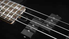Ηλεκτρική μαύρη βαθιά κιθάρα φιλμ μικρού μήκους