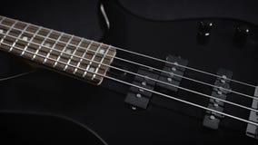 Ηλεκτρική μαύρη βαθιά κιθάρα απόθεμα βίντεο
