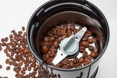 Ηλεκτρική μηχανή μύλων με τα ψημένα φασόλια καφέ Στοκ φωτογραφίες με δικαίωμα ελεύθερης χρήσης
