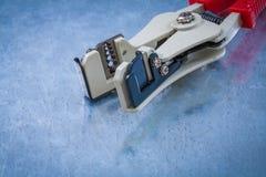 Ηλεκτρική μόνωση αποφλοίωσης στη γρατσουνισμένη μεταλλική κορυφή υποβάθρου Στοκ Φωτογραφία