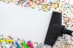 Ηλεκτρική σκούπα και copyspace για το μήνυμα κειμένου Γραφείο που καθαρίζει το γ στοκ φωτογραφία με δικαίωμα ελεύθερης χρήσης