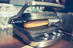 Ηλεκτρική σχάρα σάντουιτς στη δράση Στοκ εικόνα με δικαίωμα ελεύθερης χρήσης