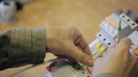 Ηλεκτρική φάση γόμμας ενδυμάτων με τον προσδιορισμό στο καλώδιο στο τηλεφωνικό κέντρο φιλμ μικρού μήκους
