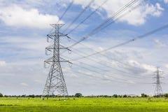 Ηλεκτρικοί πυλώνες γεια-τάσης ενάντια στο μπλε ουρανό Στοκ Εικόνες