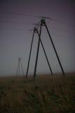 Ηλεκτρικοί πόλοι σε ένα λιβάδι στοκ εικόνες με δικαίωμα ελεύθερης χρήσης